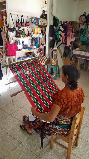 Cour de tissage-lac atitlan-san pedro guatemala