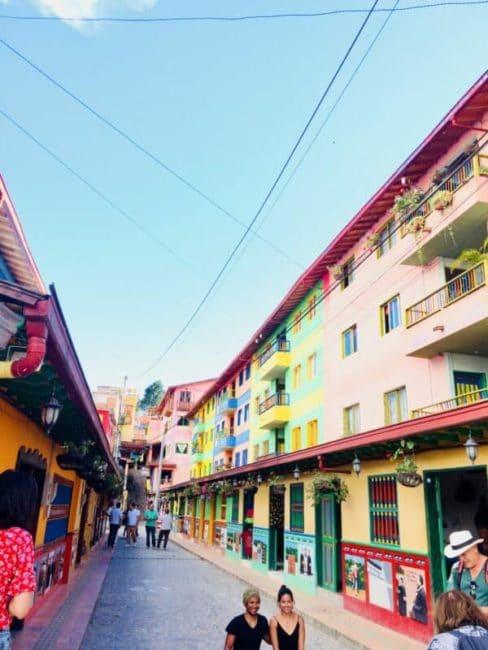 Rue-couleur-guatapé-colombie