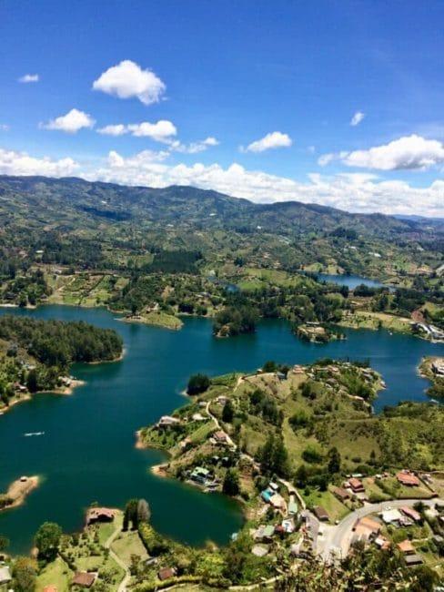 Vue-piedra-guatapé-lac-colombie