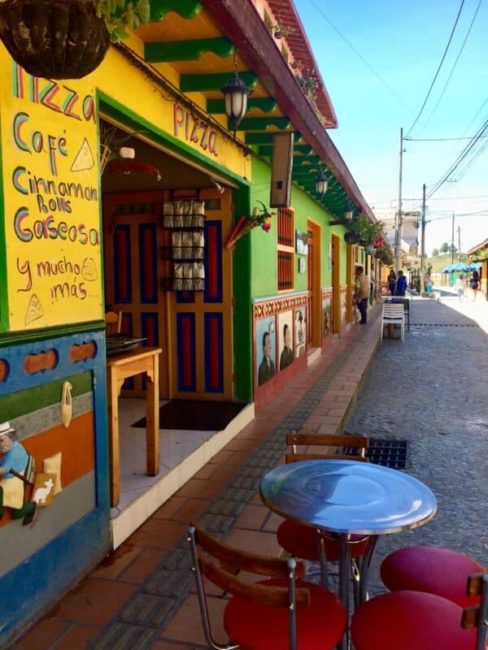 Terasse-rue-guatapé-coolombie