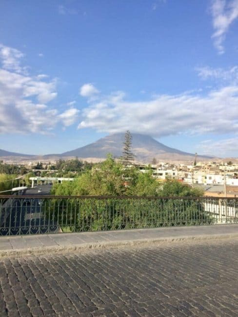 Place-arequipa-perou-palmier-volcan-vue
