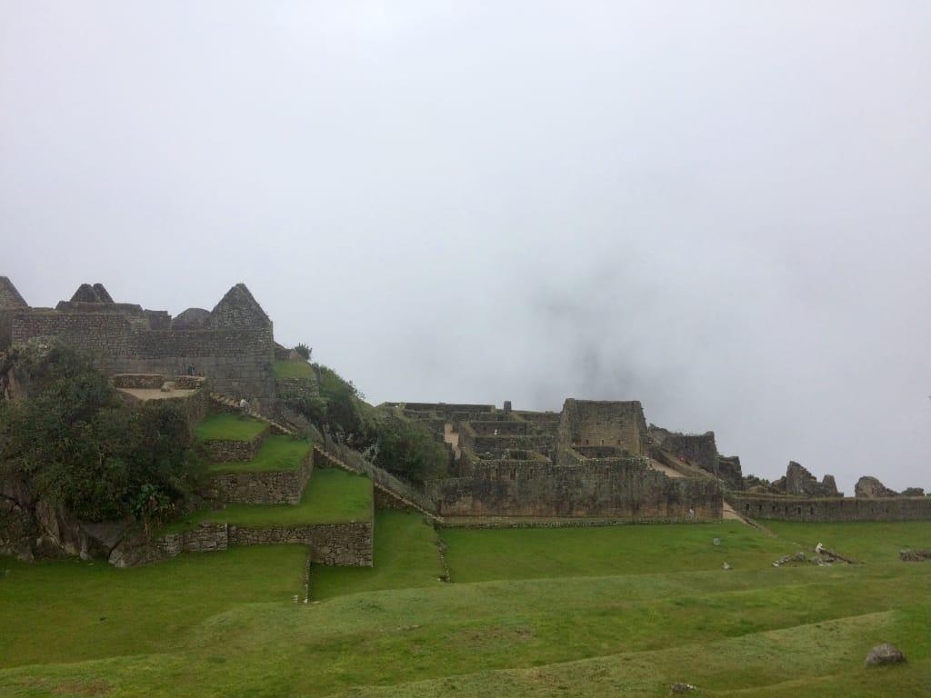Machu picchu-montagne sacrée-merveille du monde-labyrinthe-pluie-touristes-Cusco-Agua Caliente-Perou
